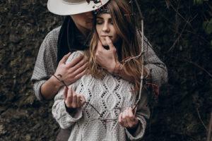 man en vrouw in het bos